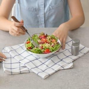 Chica comiendo ensalada de quinoa